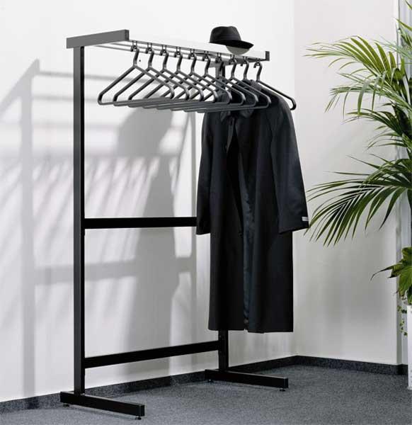 Garderobe-met-kleerhangers-